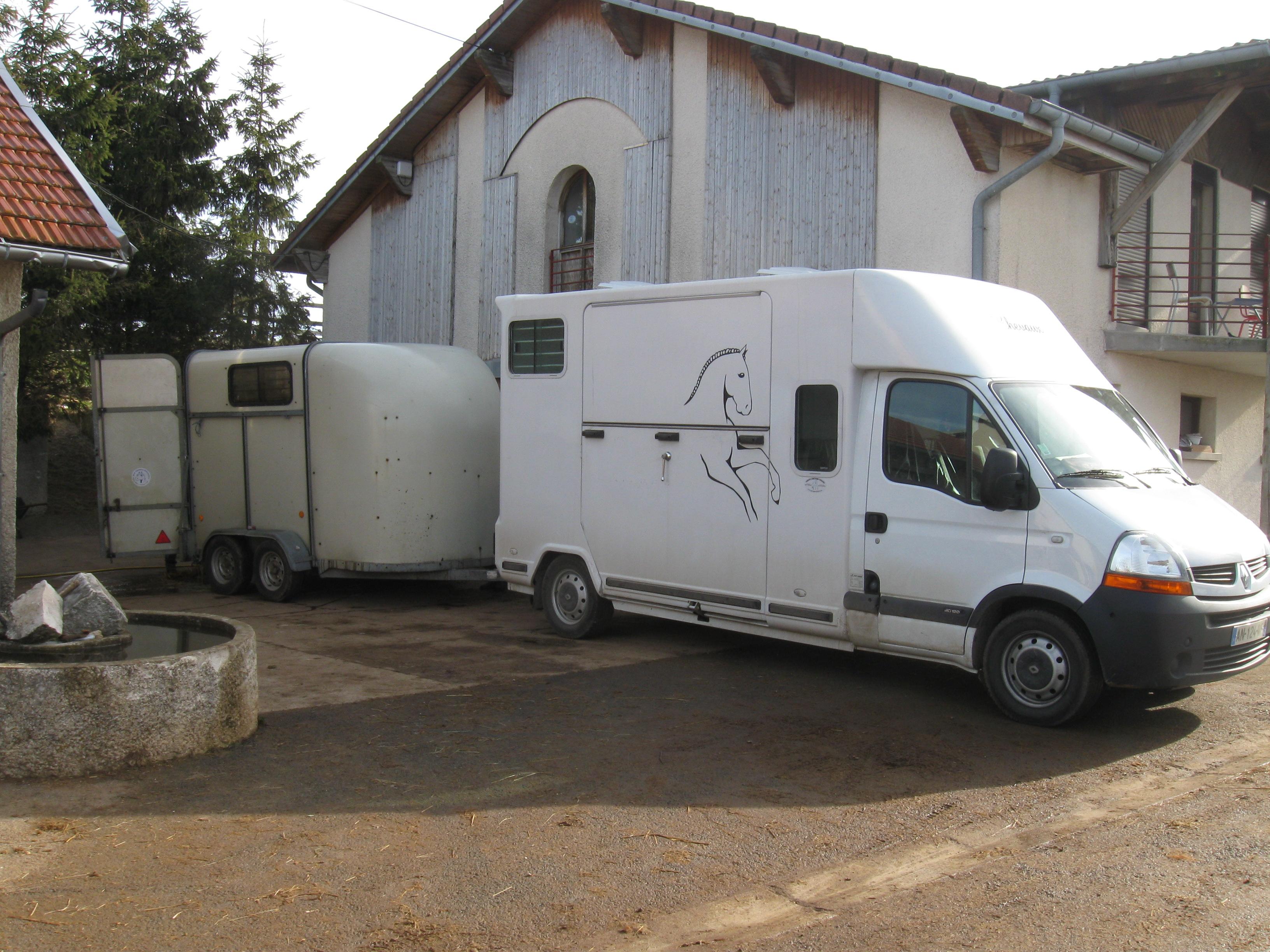 Le camion attelé avec le van
